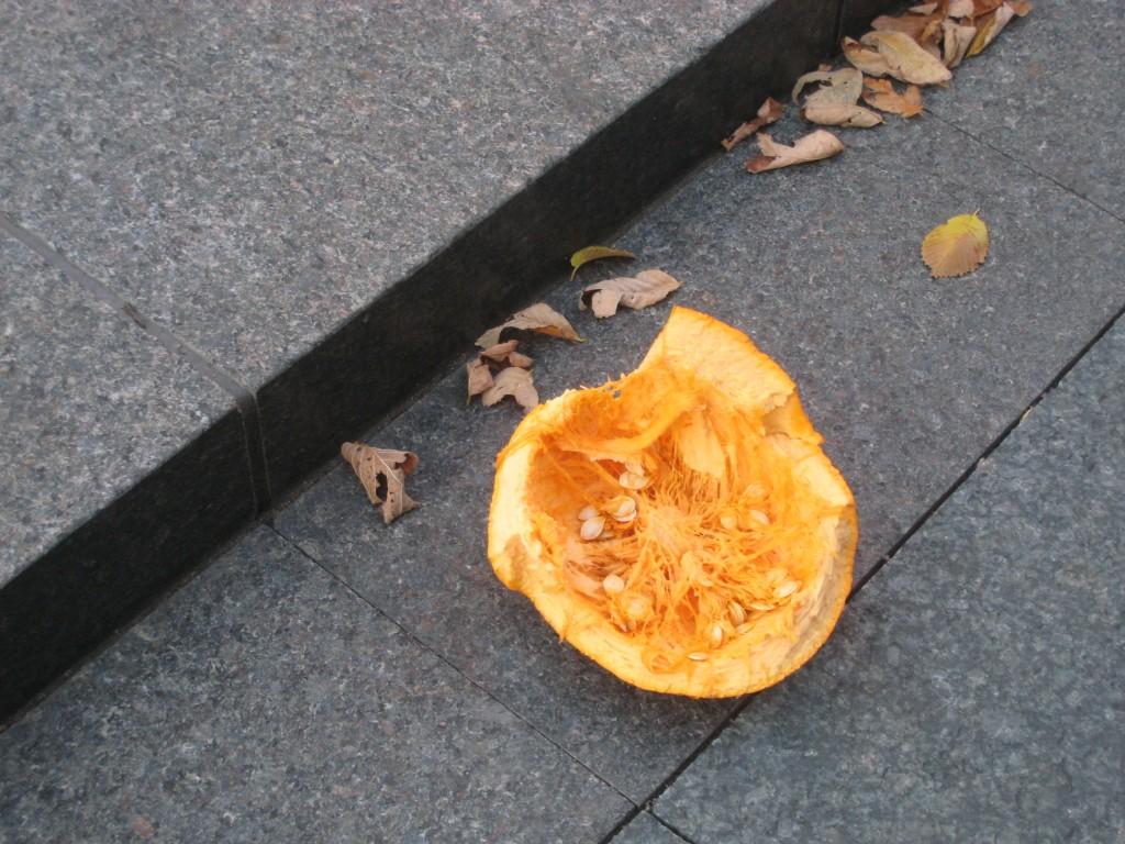 Разбитая тыква на тротуаре