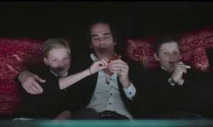 """Ник Кейв с сыновьями Артуром (слева) и Эрлом - кадр из фильма """"20000 дней на Земле"""" (2014)"""