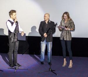 Вручение «Капли» продюсерам фильма «Диггеры», вручает Президент фестиваля Виктор Буланкин