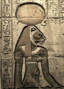Сехмет с солнечным диском на голове, олицетворяющим жар и зной, которыми богиня испепеляла своих врагов.